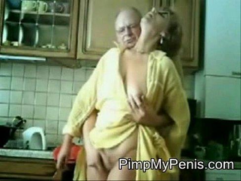 Oudjes filmen hun actie in de keuken